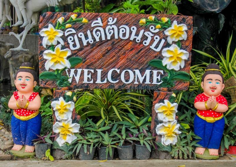 Chiffre bienvenu gentil dans le jardin tropical asiatique image stock