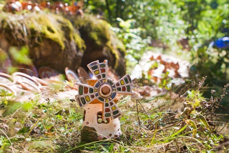 Chiffre d'argile d'un jouet en céramique de moulin, fait main et peint à la main images stock