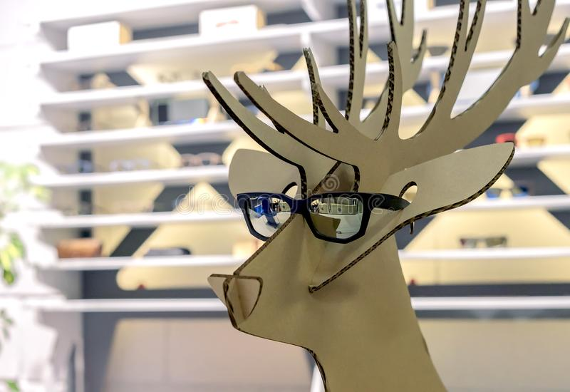 Chiffre de carton d'un cerf commun dans des lunettes de soleil noires images libres de droits
