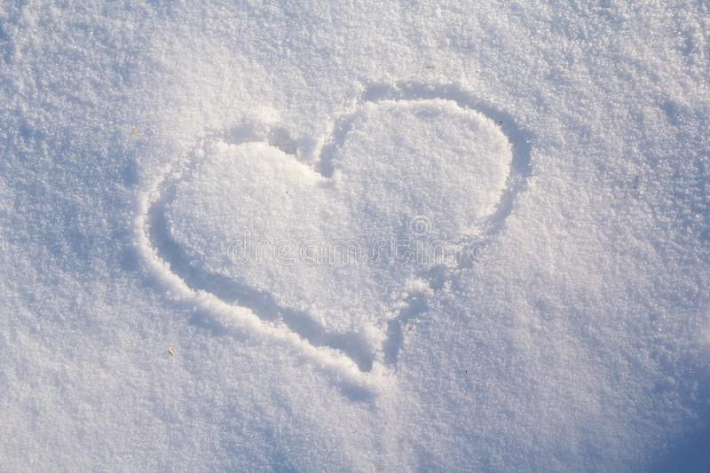 Chiffre de huit écrits dans la neige au coeur peint image stock