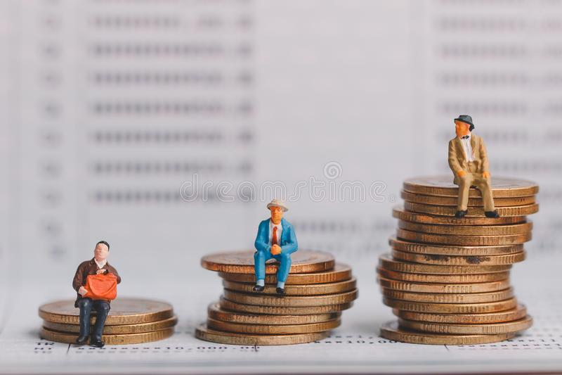 Chiffre des personnes âgées se reposant sur la pile de pièces en argent sur le carnet de banque photos stock