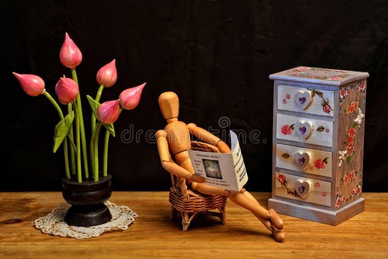 Chiffre en bois journal de lecture dans le salon images libres de droits