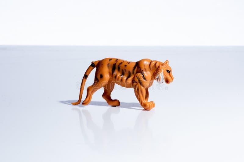 Chiffre en plastique de jouet de tigre de cru photos stock