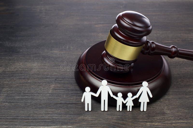 Chiffre et marteau de famille sur la table en bois Concept de droit de la famille photographie stock libre de droits