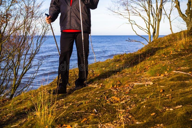 Chiffre extérieur de marche nordique plage de mer de personne de promenade de course de sport photos libres de droits