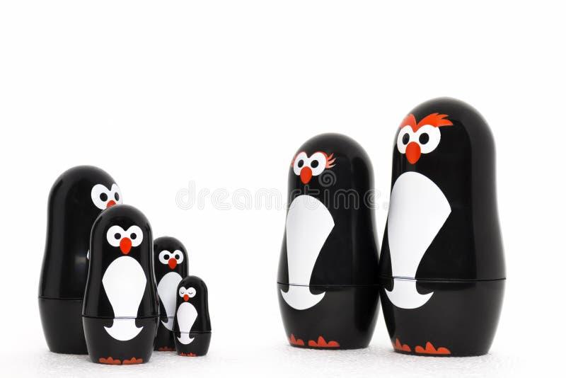 Chiffre heureux de parent de jouet de pingouin avec les enfants adorables photographie stock libre de droits