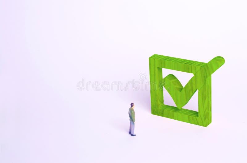 Chiffre humain support à côté d'un coutil vert dans la boîte photos libres de droits