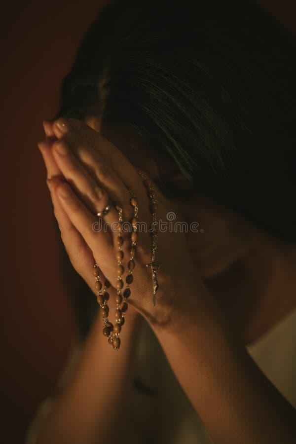 Chiffre prière de femme image stock