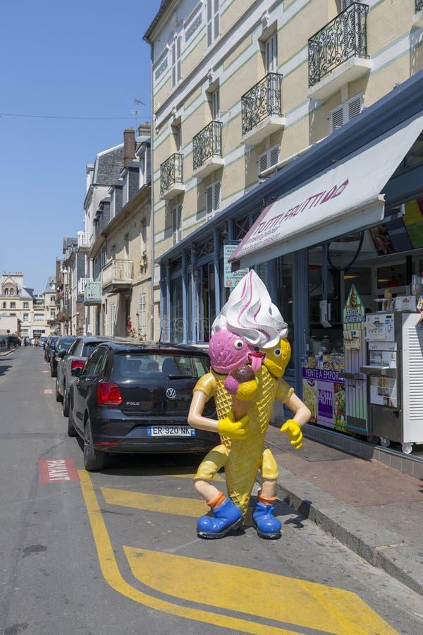 Chiffre promotionnel de crème glacée sur la rue dans Trouville photographie stock