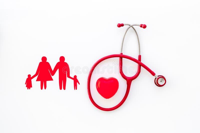Chiffre, st?thoscope et coeur de famille pour le diagnostic et le traitement de la maladie cardiaque sur la vue sup?rieure de fon photo libre de droits