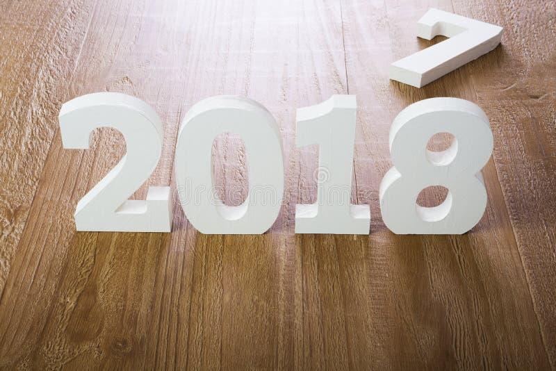 Chiffres blancs 2018 sur le fond en bois image stock