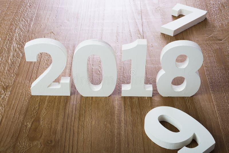 Chiffres blancs 2018 sur le fond en bois photo libre de droits
