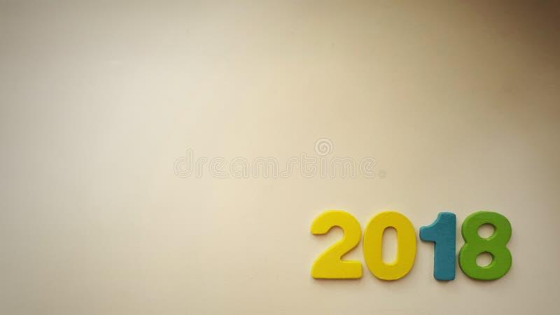 chiffres colorés formant le numéro 2018 sur un fond blanc chaud photographie stock