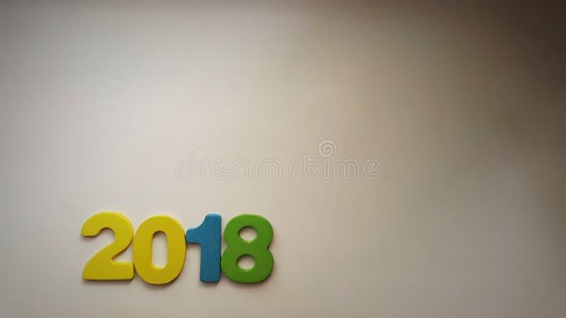 chiffres colorés formant le numéro 2018 sur un fond blanc chaud images stock