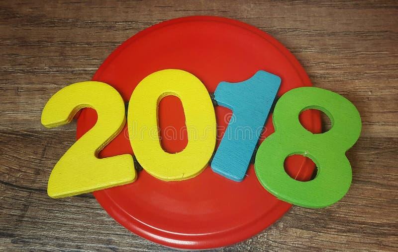 chiffres colorés formant le numéro 2018 sur un fond en bois photos libres de droits