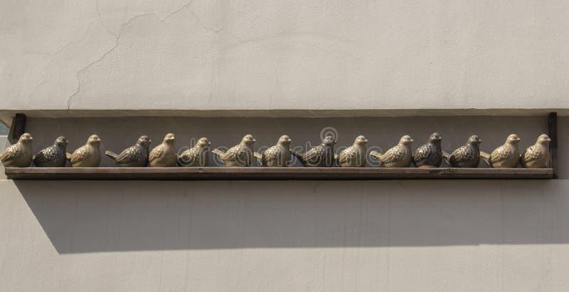 Chiffres décoratifs d'oiseaux d'argile, décoration pour le jardin Pigeons en céramique beiges gris kaki d'oiseaux de Brown Concep photo libre de droits
