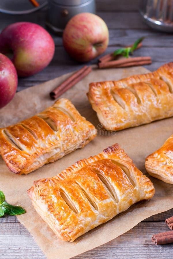 Chiffres d'affaires de pâtisserie de pomme de pâte feuilletée pour le dessert photos libres de droits