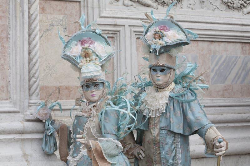 2 chiffres de carnaval de Venise dans costumes et masques colorés Venise Italie l'Europe images stock