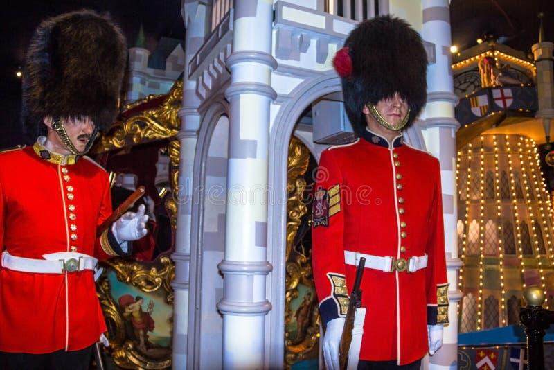 Chiffres de cire des gardes royales au musée de Madame Tussauds à Londres Les gardes britanniques dans l'uniforme rouge sont le s images libres de droits