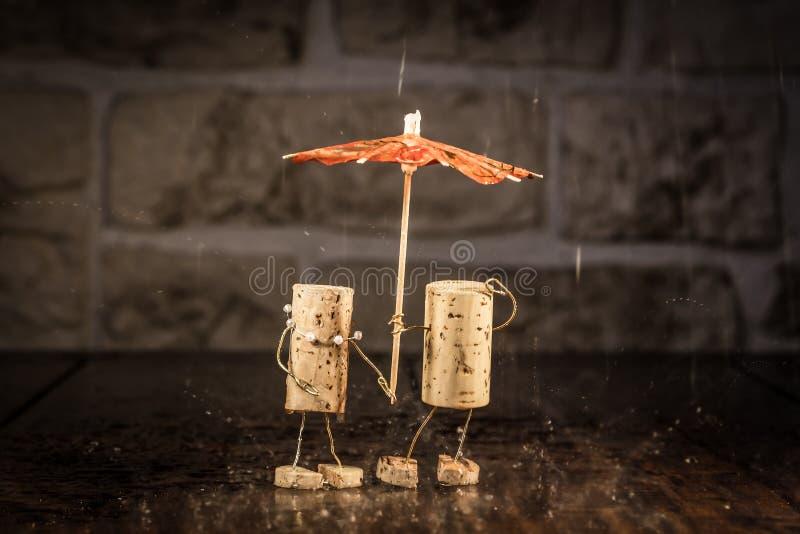 Chiffres de liège de vin, couples de concept sous la pluie image libre de droits