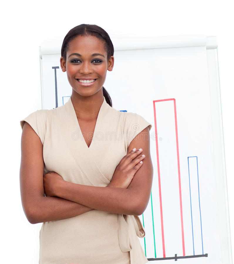 Chiffres de ventes exécutifs femelles de sourire d'enregistrement images stock