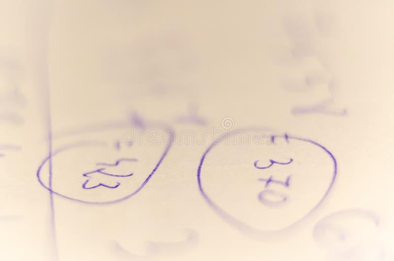 Chiffres manuscrits avec un stylo sur un morceau de papier Photo avec haut très étroit images stock
