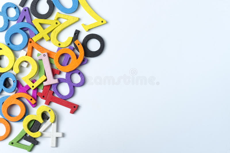 Chiffres multicolores sur un fond blanc image stock