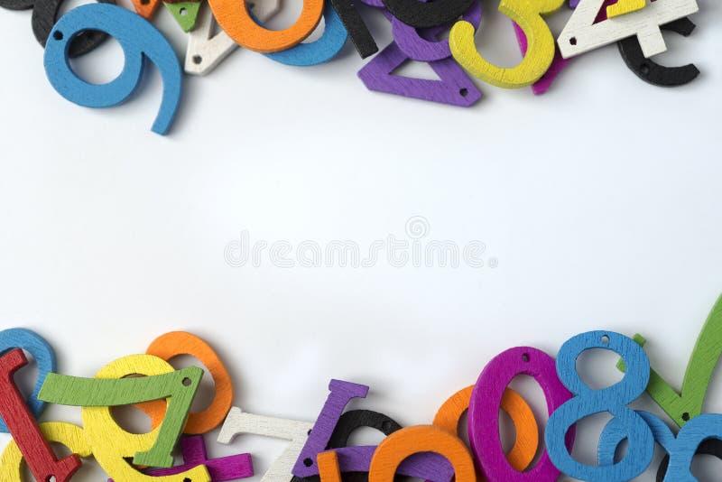 Chiffres multicolores sur un fond blanc images stock