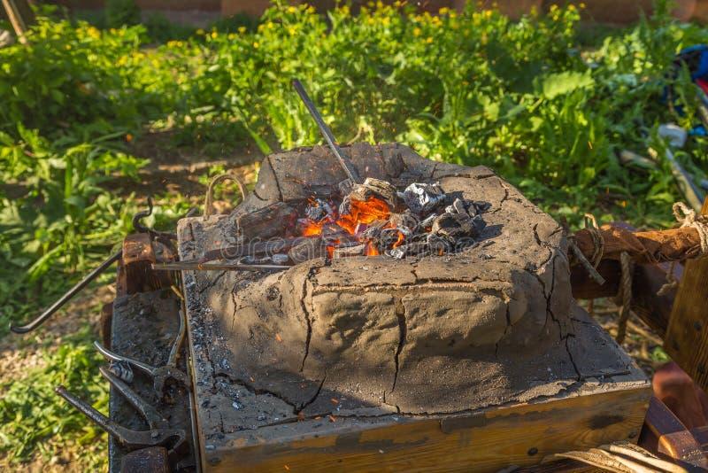 Chifre caloroso com carvões vermelhos imagens de stock royalty free