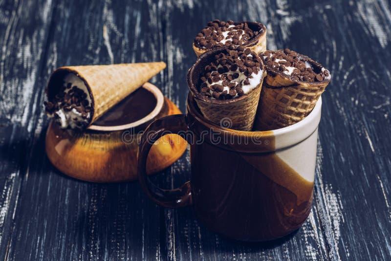 Chifres do waffle com o creme ou o requeijão polvilhado com o chocolate Waffle da sobremesa fotografia de stock