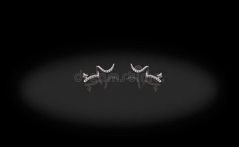 Chifres preciosos dos brincos da platina com os diamantes no fundo preto imagens de stock