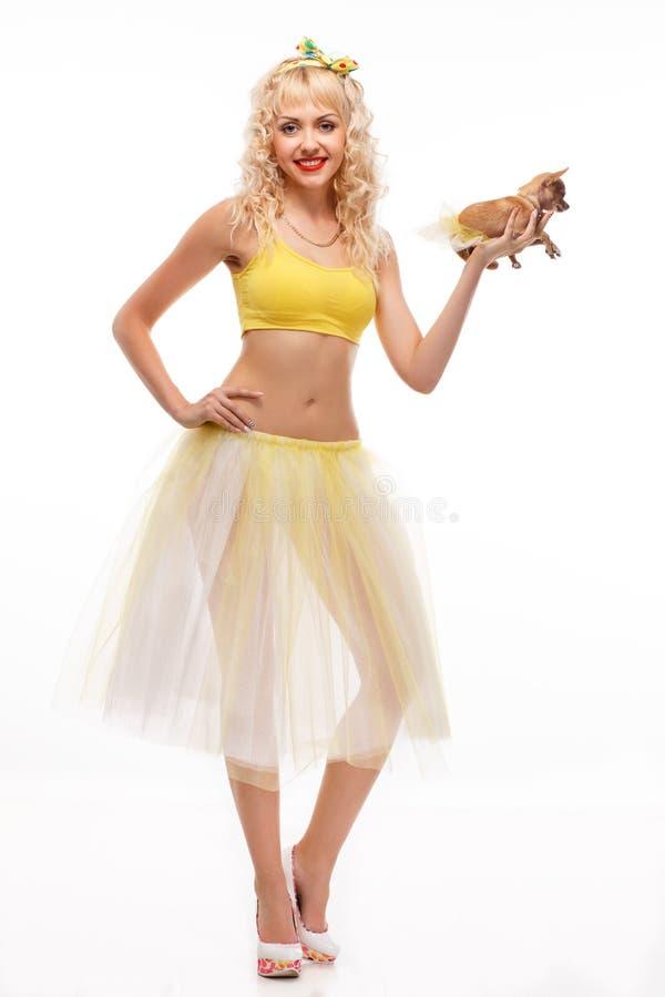 Chihuahua sulla ragazza allegra delle mani donna felice alla moda con sveglio immagine stock libera da diritti