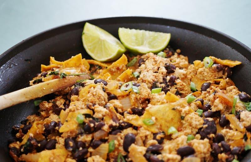 Chilaquiles för strikt vegetariantofuscramble royaltyfri bild