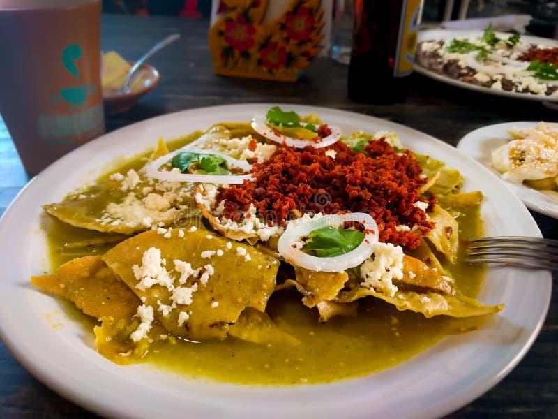 Chilaquiles vert avec la saucisse de chorizo photo libre de droits