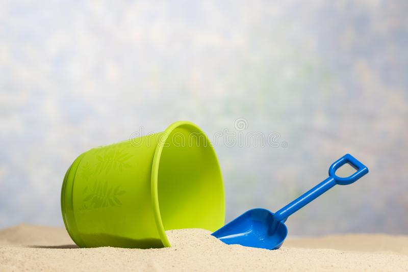 Child's-Sand-Eimer-und Schaufel-Strand-Szene mit Kopien-Raum stockbilder