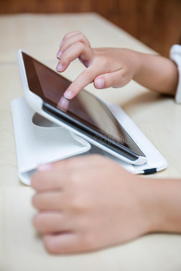 Child& x27; руки s играя планшет стоковое изображение rf