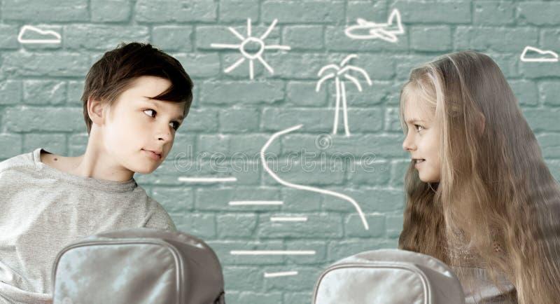 Child& x27; disegno di s festa ragazzo e ragazza che si siedono su un fondo del muro di mattoni con il modello immagini stock libere da diritti