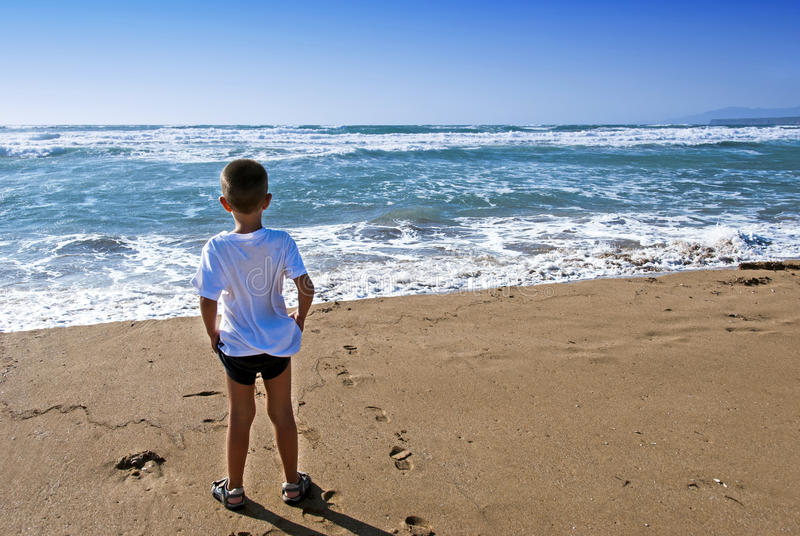 Child in front the ocean royalty free stock images