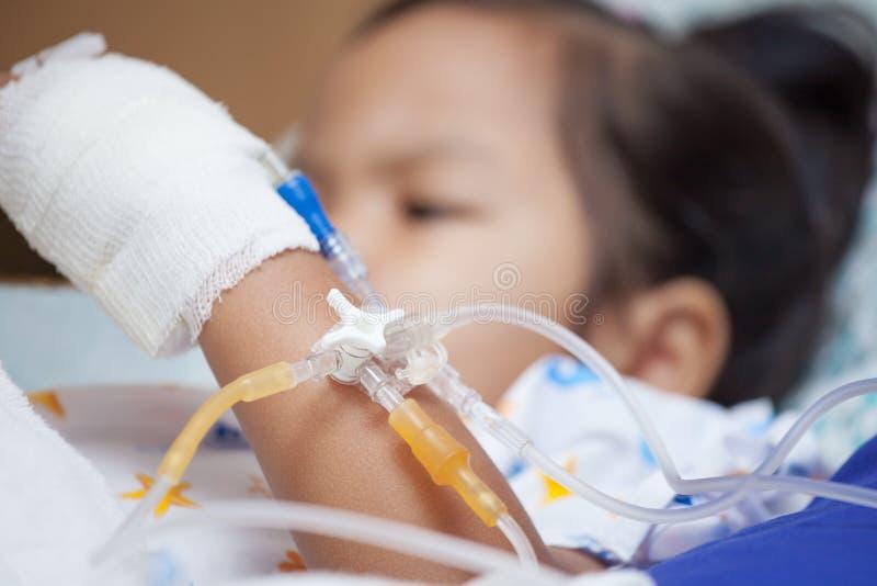 Child& x27 ; main patiente de s avec l'intravenous salin et le x28 ; iv& x29 ; égouttement photographie stock libre de droits