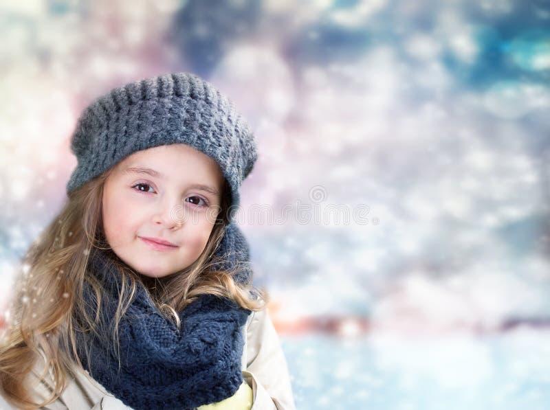 Child& x27; retrato de la muchacha de s en fondo borroso del invierno foto de archivo