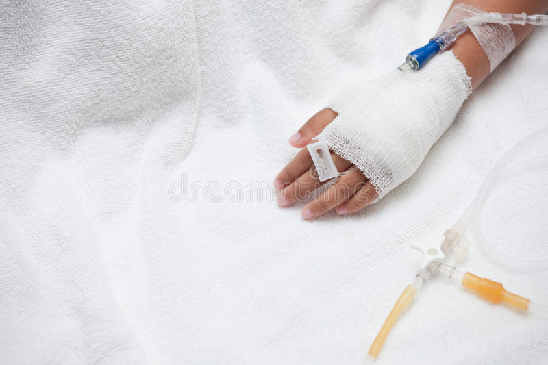 Child& x27; s geduldige hand met zoute intraveneus & x28; iv& x29; druppel stock fotografie