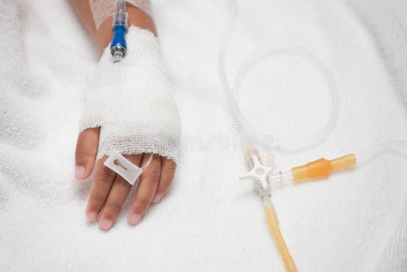 Child& x27; s geduldige hand met zoute intraveneus & x28; iv& x29; druppel royalty-vrije stock foto's