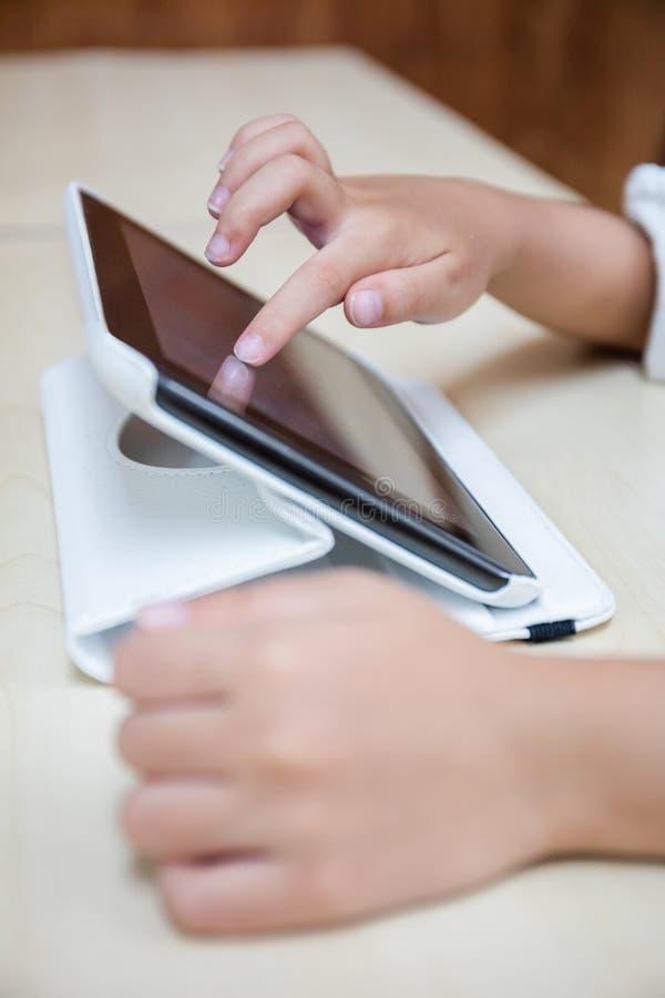 Child& x27; s overhandigt het spelen tabletcomputer royalty-vrije stock afbeelding