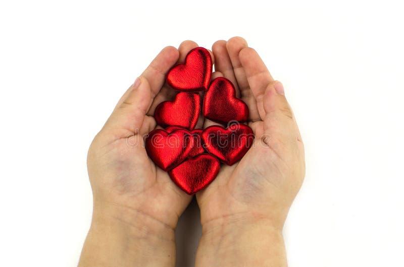 Child& x27; s ręki z czerwonym sercem, odizolowywającym zdjęcia royalty free
