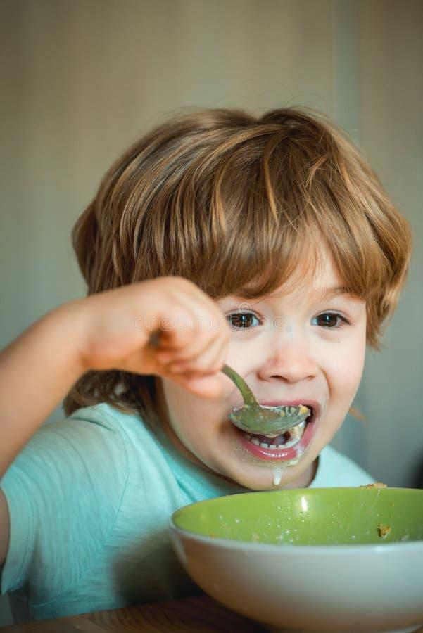 childcare Ch?opiec ma ?niadanie w kuchni Jedzenie i napój dla dziecka Chłopiec - ekologii jedzenia pojęcie ?liczny zdjęcia stock