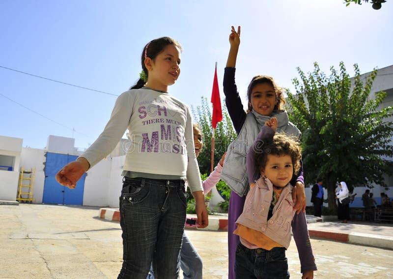 Childen con el indicador tunecino rojo que hace la muestra de la victoria foto de archivo libre de regalías