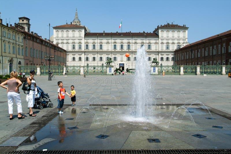Childern kursowanie z piłką na fontannie fotografia royalty free