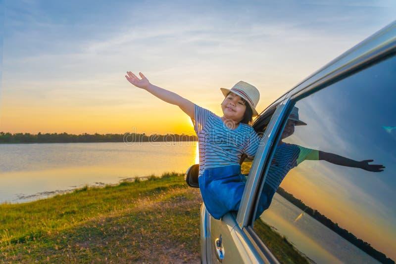 Childern spielen auf dem See bei Sonnenuntergang Leute haben Spa? auf dem Feld Leute haben Spa? auf dem Feld Familien-freundliche lizenzfreie stockfotografie