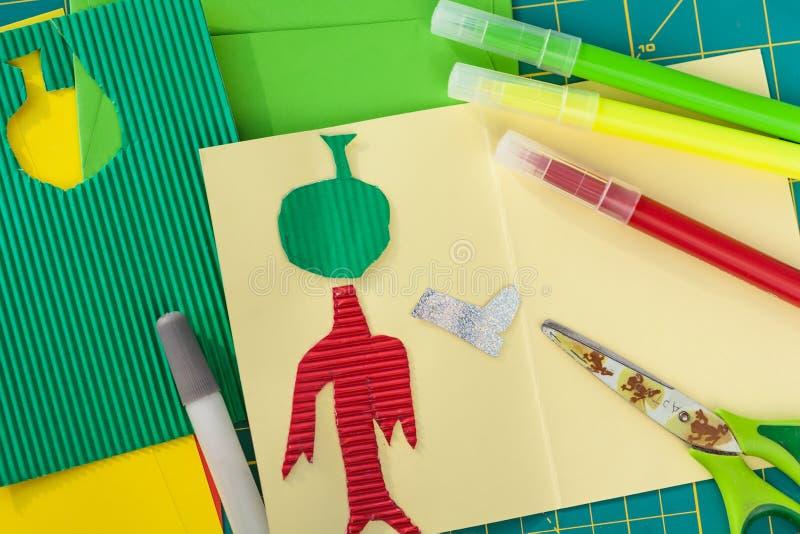 Children's kreativitet Den Kid's appliquen, lim, sax, markör, färgade ark, pappers- hantverk arkivfoton
