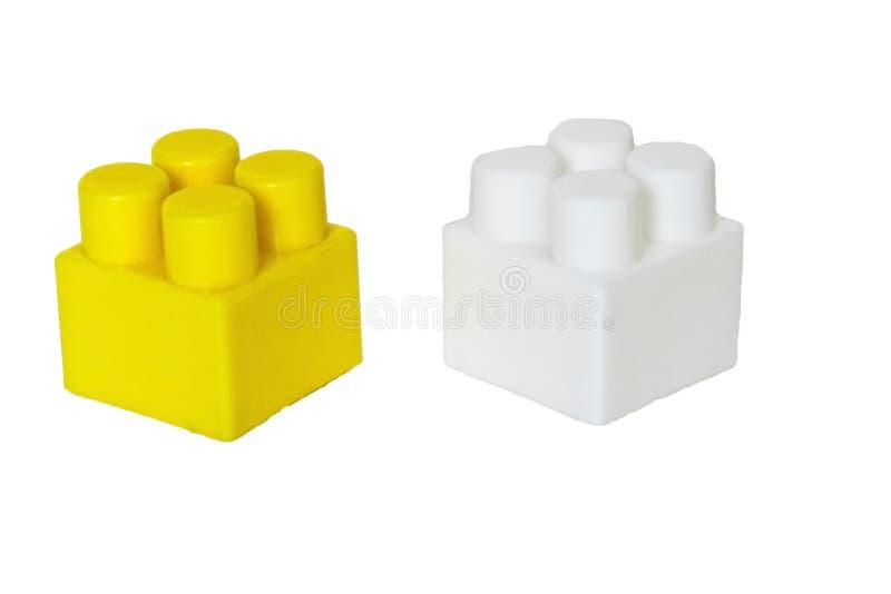 children& x27的细节;在白色背景的s塑料建设者 色的多维数据集 封锁 库存照片